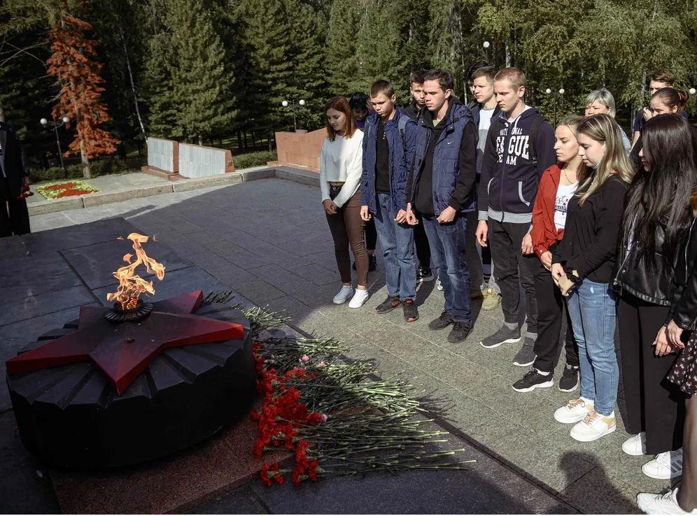 Студенты возложили цветы в годовщину окончания Второй мировой войны